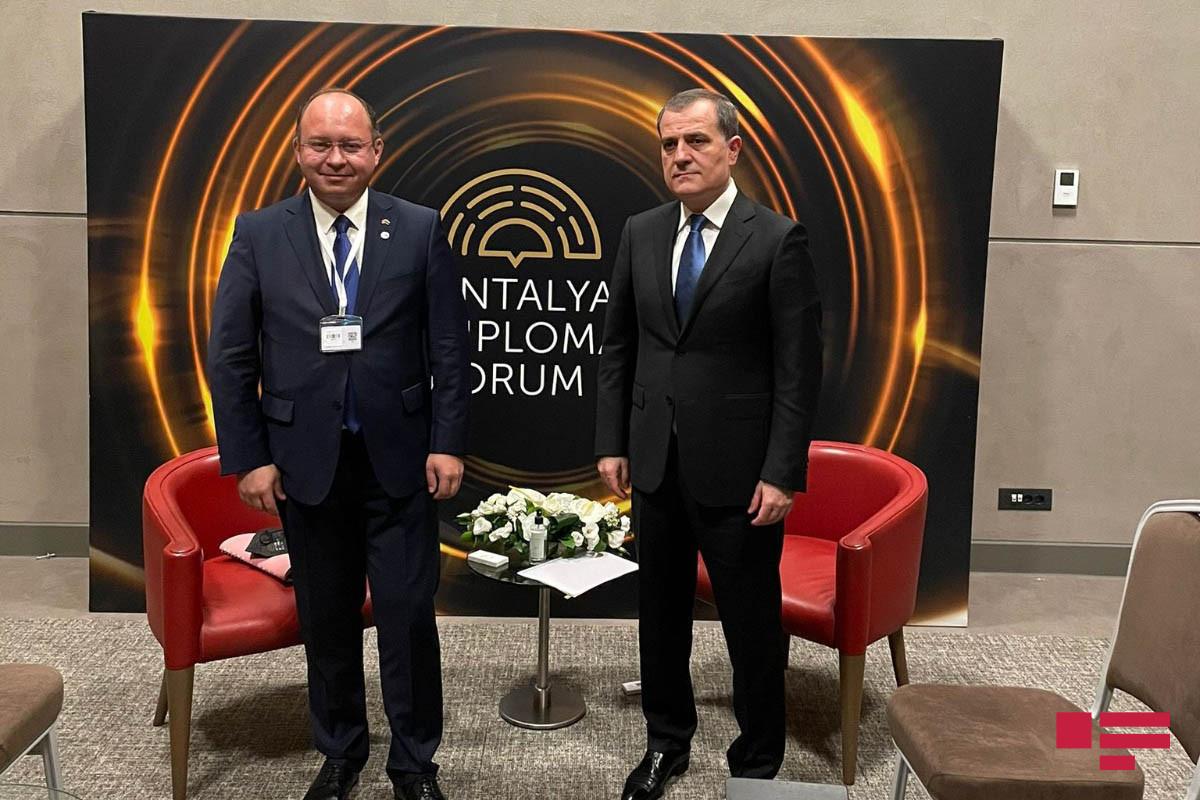Azerbaijani FM meets with Romanian and Gabonese FMs