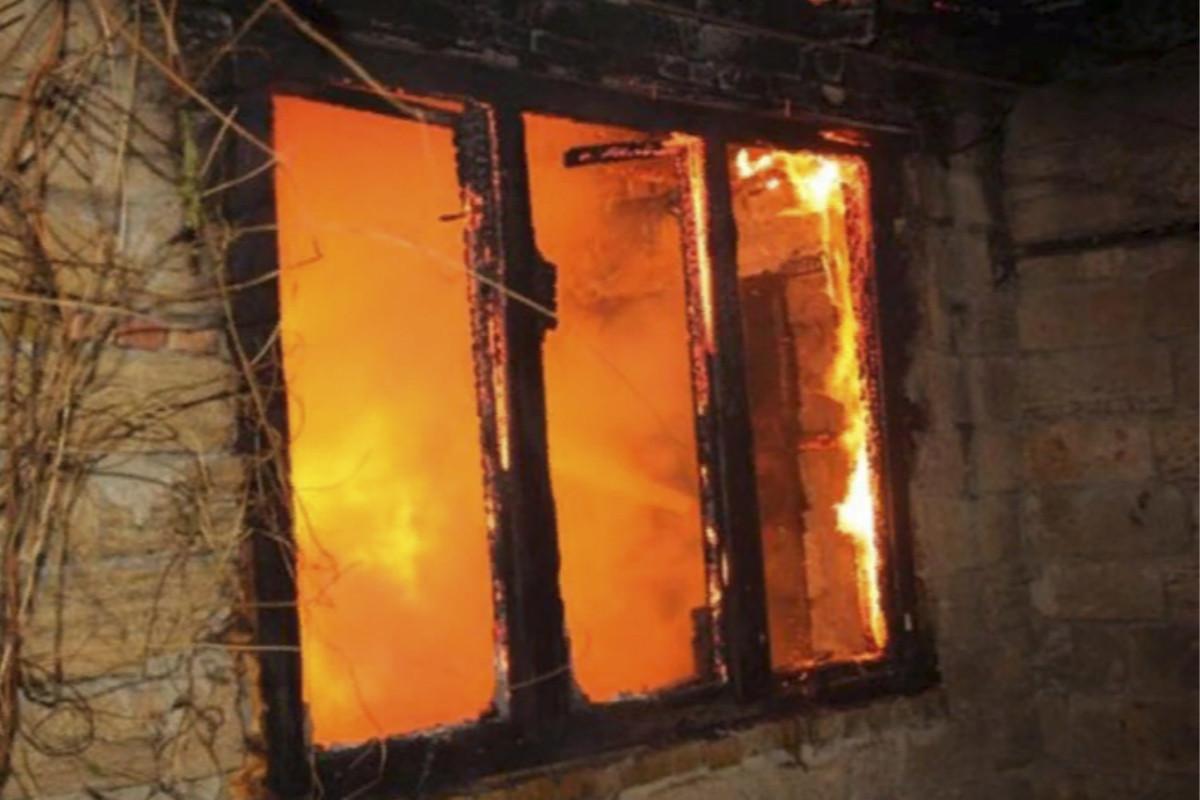 Neftçalada ev yanıb