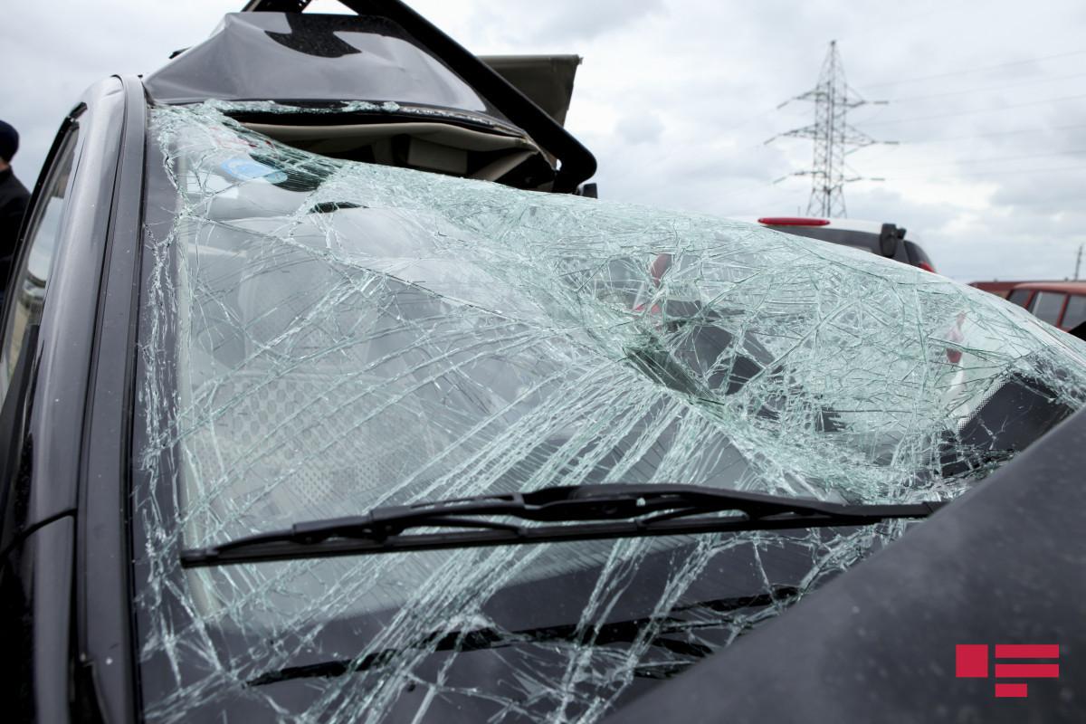 В Загатале столкнулись микроавтобус и мотоцикл, один человек погиб, есть пострадавшие