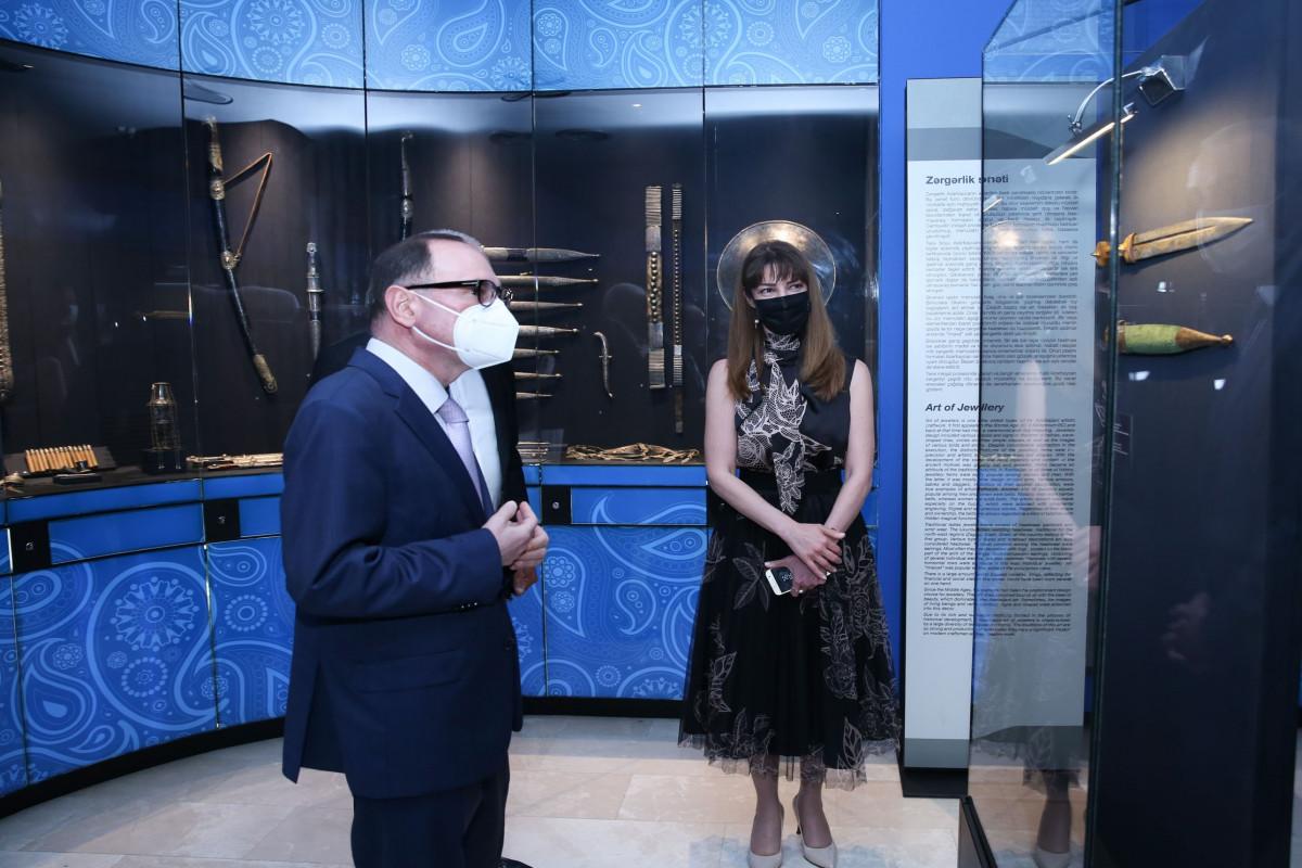 Kanadalı silah ustasının Xalça Muzeyinə bağışladığı xəncərlərin təqdimatı olub