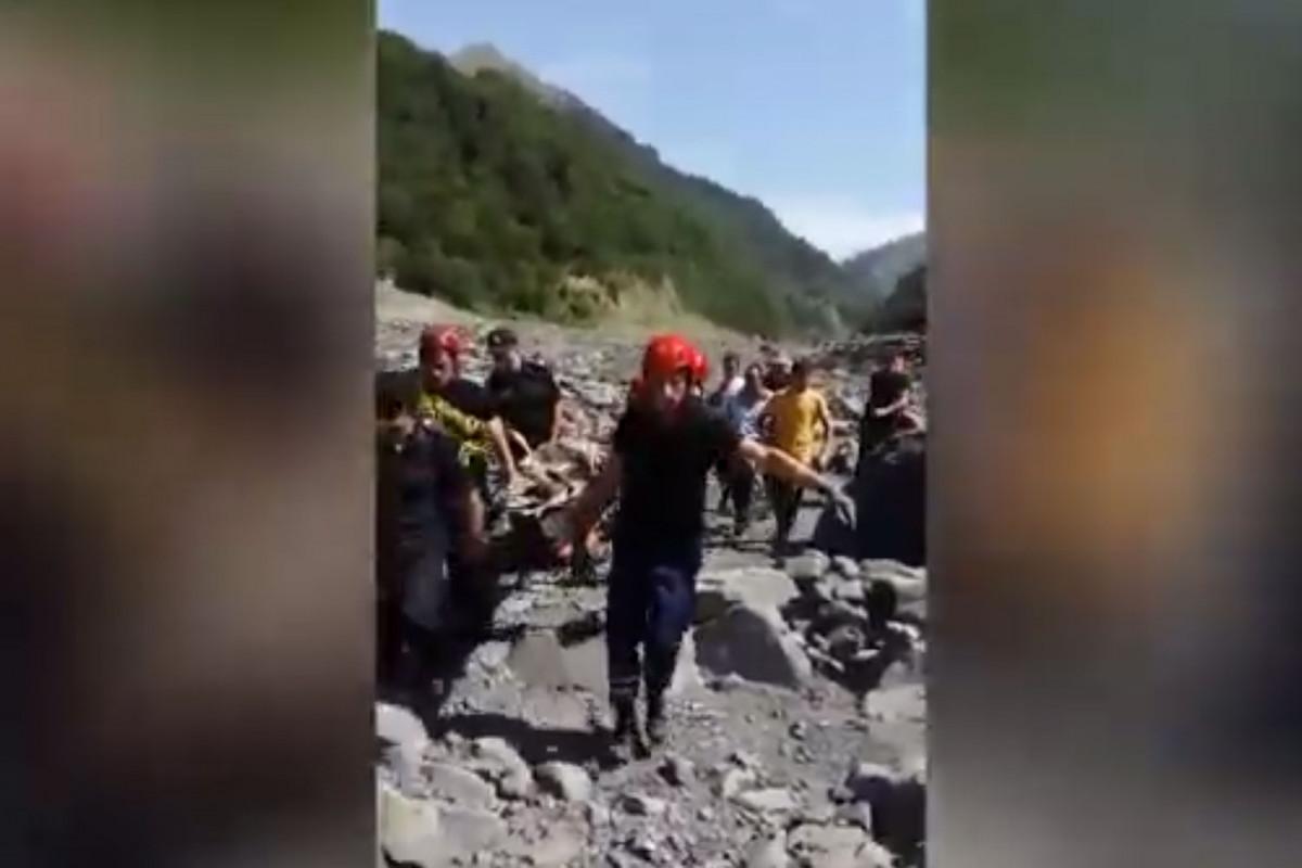 В Габале спасли человека, упавшего в реку со скалы-ВИДЕО