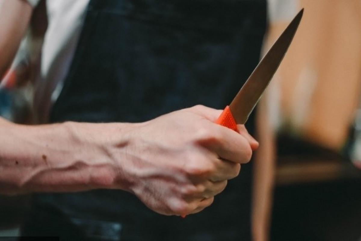 Şirvan sakini bıçaqlanıb