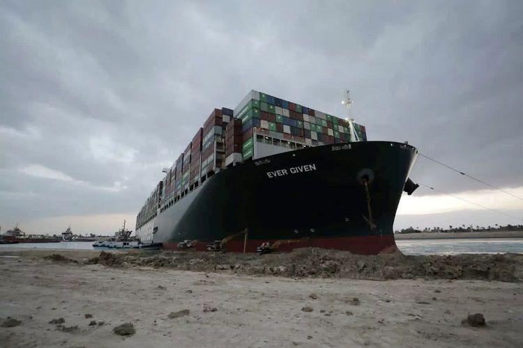 Misir prezidenti Süveyş kanalını bağlayan gəminin boşaldılması barədə göstəriş verib