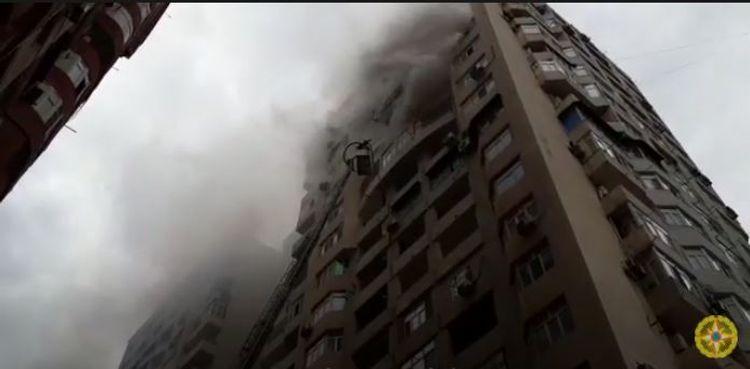 Распространились кадры тушения пожара в 18-этажном здании в Баку – <span class=