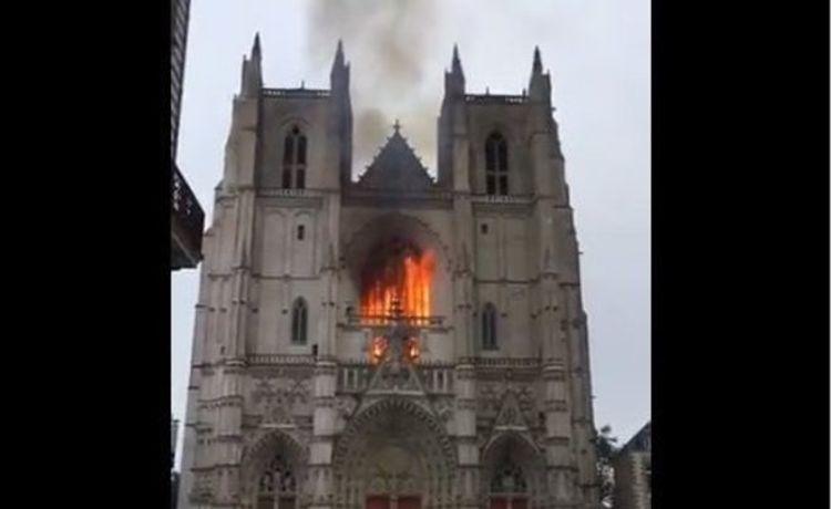 """Fransada """"Müqəddəs Peter və Paul"""" kilsəsində yanğın olub - <span class='red_color'>FOTO</span>"""