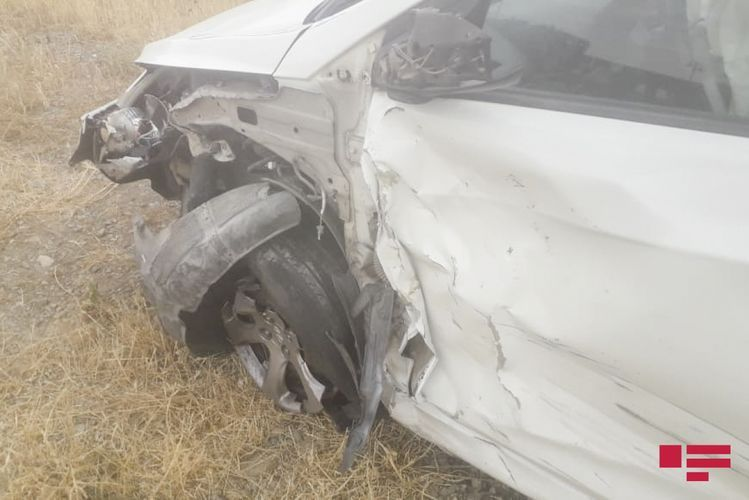 В Мингячевире легковой автомобиль столкнулся с микроавтобусом, пострадали 5 человек