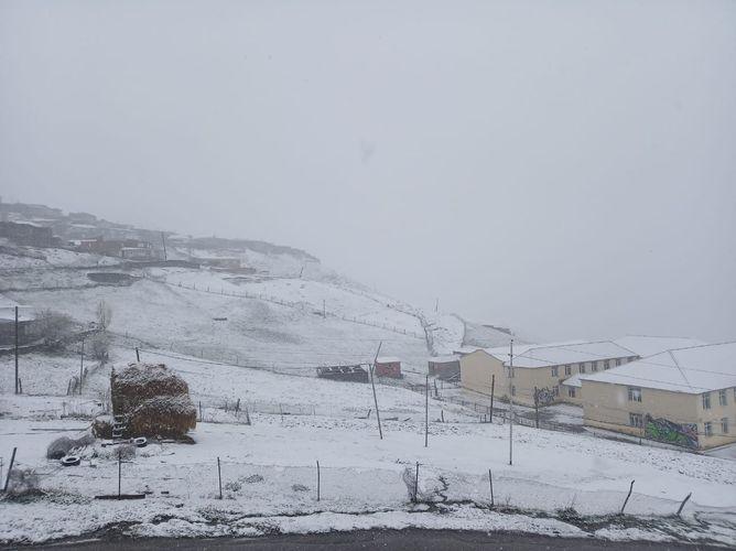 В селе Хыналыг Губинского района выпал снег - <span class=