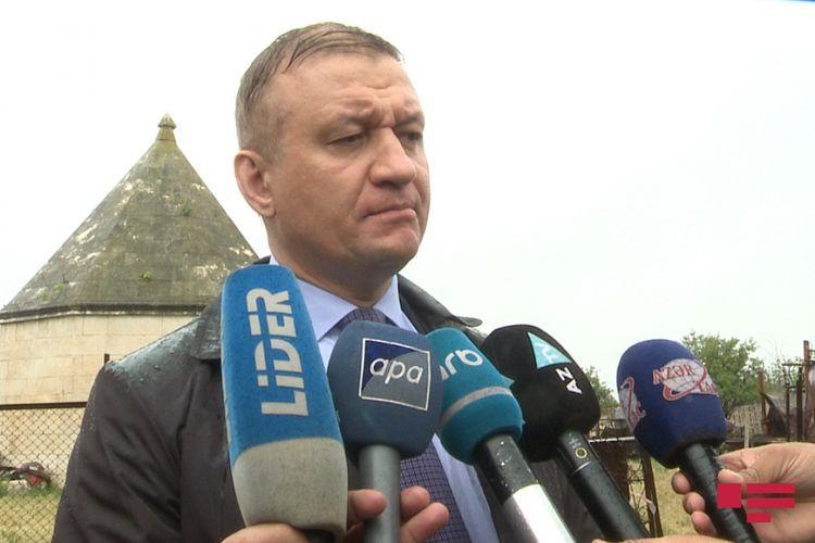 Депутат РФ посетил Аллею шехидов в Агдаме и осмотрел руины Музея хлеба