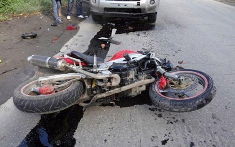 В Баку из-за сильного ветра мотоцикл ударился об автомобиль