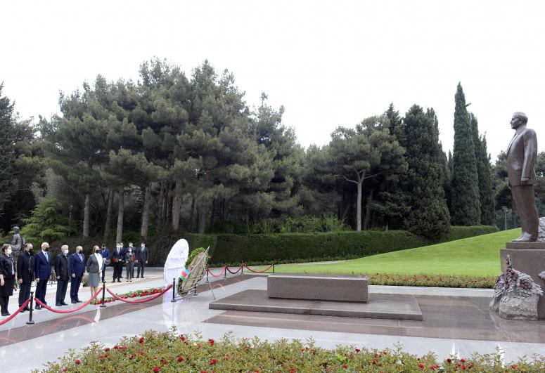 Представители ПЕА посетили могилу Гейдара Алиева