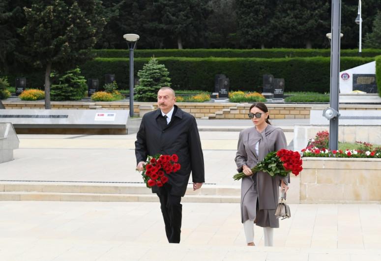 """Президент Ильхам Алиев и первая леди Мехрибан Алиева посетили памятник Ази Асланову-<span class=""""red_color"""">ВИДЕО</span>"""