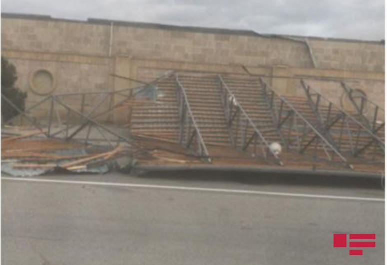 Из-за сильного ветра автомагистраль Баку-Газах оказалась заблокированной на некоторое время-<span class=