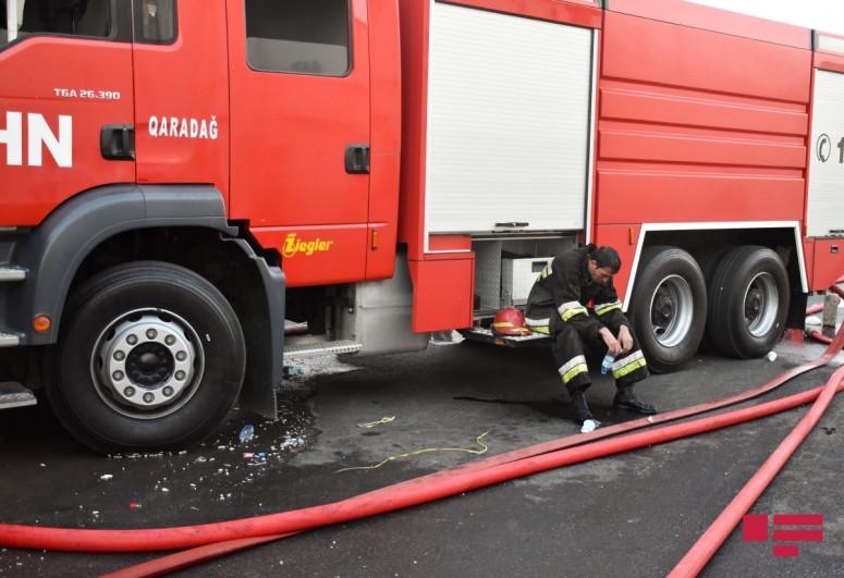 В Баку в жилом доме произошел пожар, есть пострадавшие