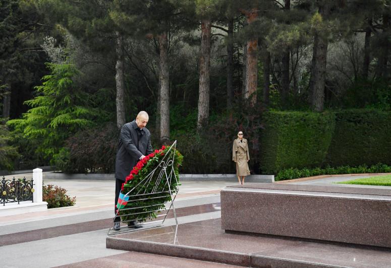 Prezident İlham Əliyev və birinci xanım Mehriban Əliyeva ulu öndər Heydər Əliyevin məzarını ziyarət ediblər - <span class=