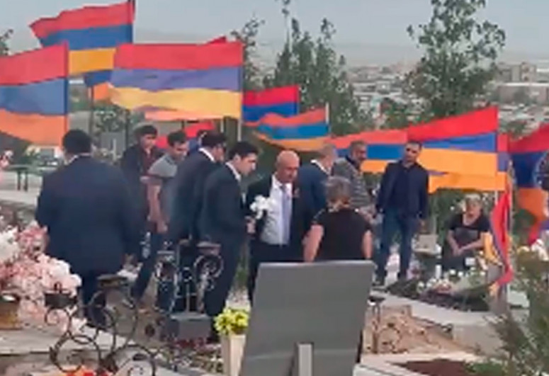 """Parents of soldiers expelled Robert Kocharyan from cemetery-<span class=""""red_color"""">VIDEO</span>"""