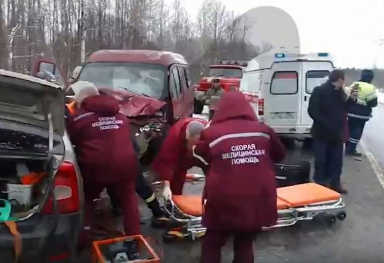 В России трое взрослых и ребенок погибли в ДТП с микроавтобусом