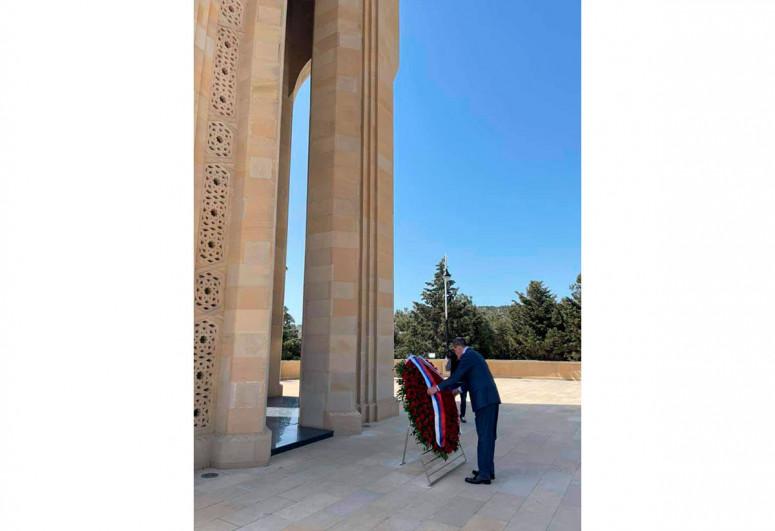 Лавров посетил Аллею почетного захоронения и Аллею шехидов-<span class=