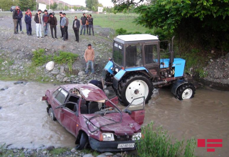 """В Балакене легковой автомобиль упал в реку: водитель погиб, еще трое ранены  -<span class=""""red_color"""">ФОТО</span>-<span class=""""red_color"""">ОБНОВЛЕНО</span>"""