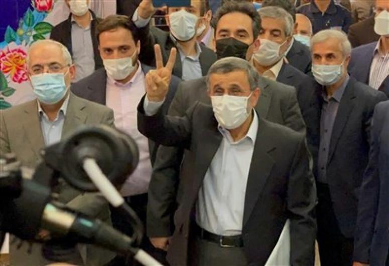 Махмуд Ахмадинежад выдвинул свою кандидатуру на выборы президента Ирана