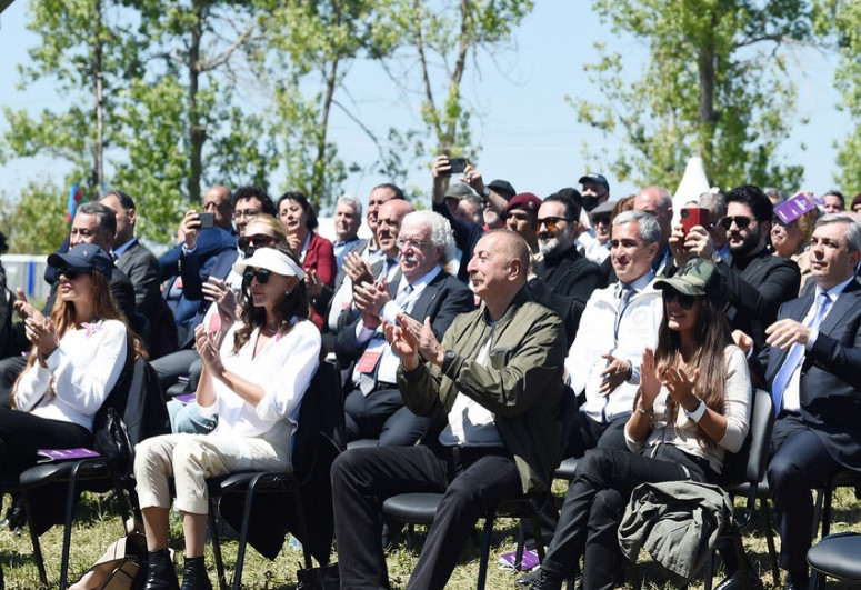 """Azərbaycan Prezidenti İlham Əliyev və Mehriban Əliyeva Şuşada """"Xarıbülbül"""" festivalının açılışında iştirak ediblər - <span class=""""red_color"""">FOTO</span> - <span class=""""red_color"""">YENİLƏNİB</span> - <span class=""""red_color"""">VİDEO</span>"""