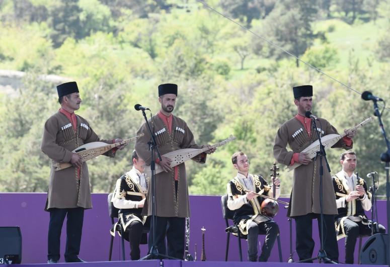 """Azərbaycan Prezidenti İlham Əliyev və Mehriban Əliyeva Şuşada """"Xarıbülbül"""" festivalının açılışında iştirak ediblər - <span class="""
