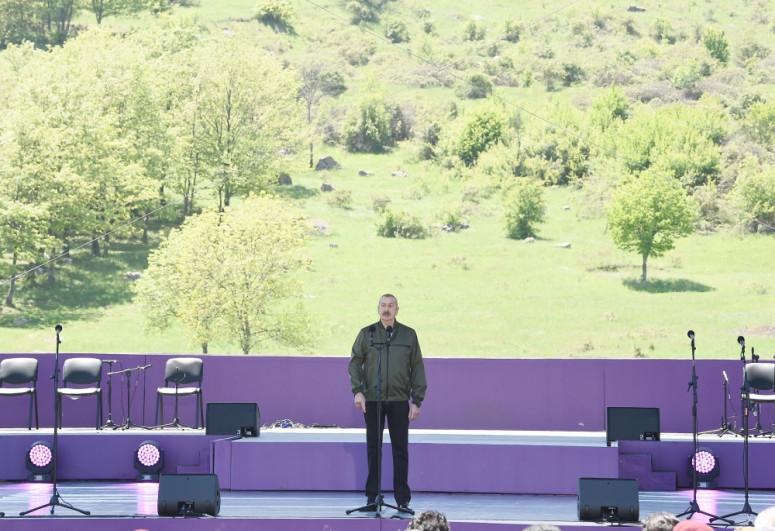 Президент Азербайджана Ильхам Алиев и Мехрибан Алиева приняли участие в церемонии открытия фестиваля «Харыбюльбюль» в Шуше-<span class=