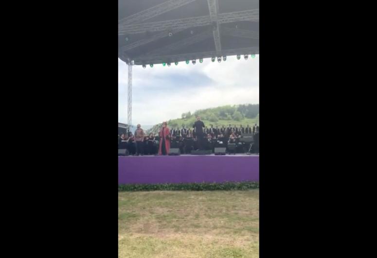 """Birinci vitse-prezident Mehriban Əliyeva """"Xarıbülbül"""" musiqi festivalının qala-konsertindən görüntü paylaşıb - <span class=""""red_color"""">VİDEO"""