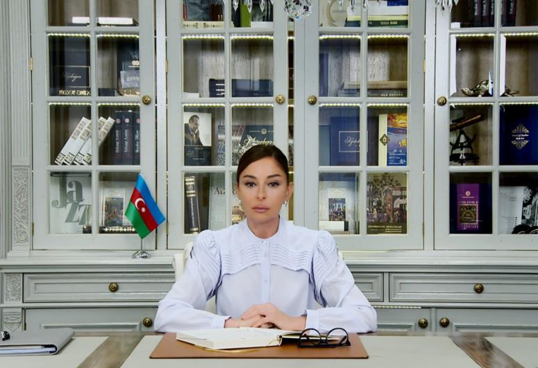 """Birinci vitse-prezident Mehriban Əliyeva """"Xarıbülbül"""" musiqi festivalının qala-konsertindən görüntü paylaşıb - <span class="""