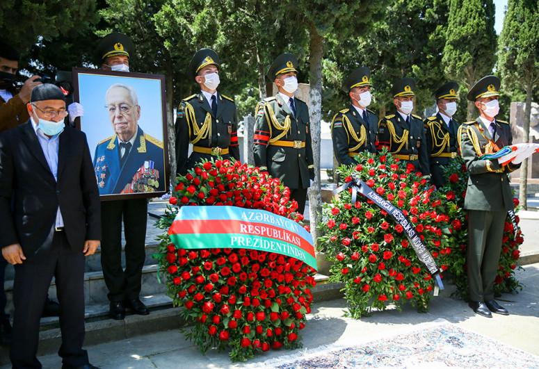 """General-polkovnik Tofiq Ağahüseynov dəfn edilib - <span class=""""red_color"""">FOTO</span>"""