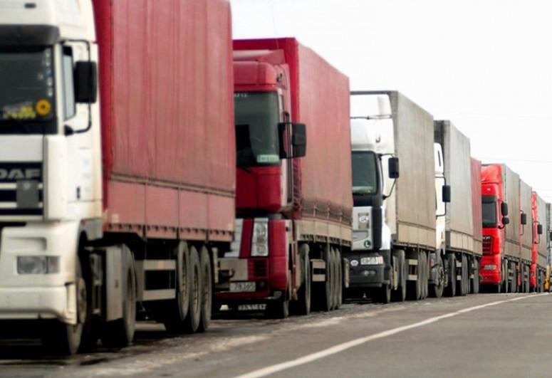 На азербайджано-российской границе образовалась очередь из грузовиков