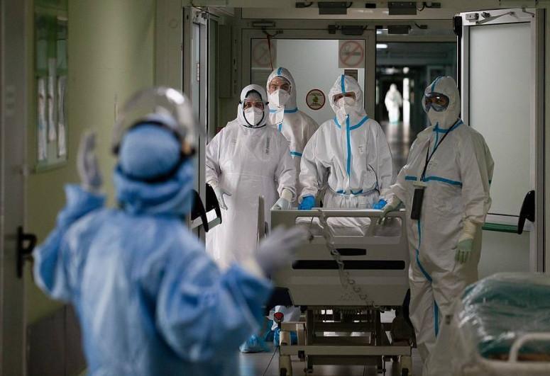 В Англии заявили, что индийский штамм коронавируса распространяется быстрее британского