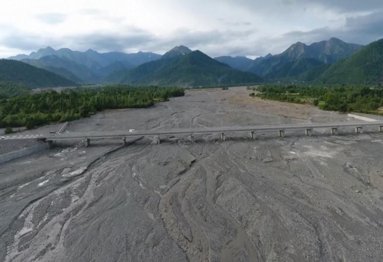 В Габале переданы в пользование после восстановления новый мост через реку Бум и автодорога в поселок Бум-<span class=
