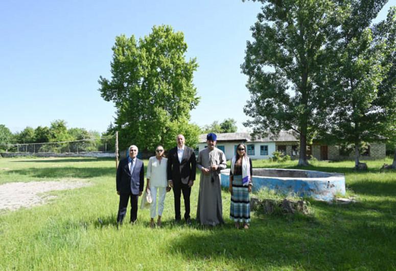 Президент Ильхам Алиев посетил в поселке Нидж Габалинского района среднюю школу номер 1 и церковь Святого Елисея «Чотари»-<span class=