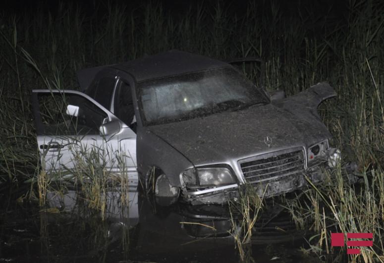 """В Сабирабаде автомобиль упал в водный канал, тяжело ранен водитель-<span class=""""red_color"""">ФОТО</span>"""