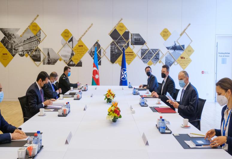 Hikmət Hacıyev NATO Baş katibinin müavini ilə görüşüb - <span class=