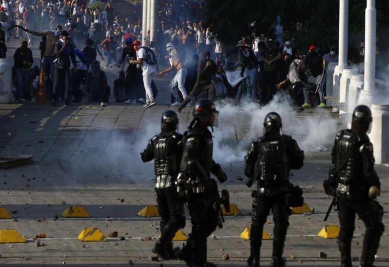 Kolumbiyada etirazçılar polis postuna hücum edib, 2 nəfər ölüb, çox sayda yaralı var