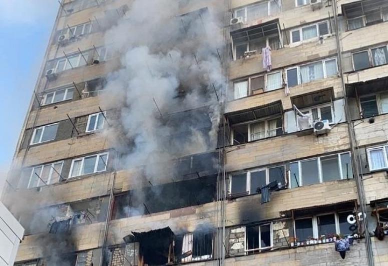 Tbilisidə qadın yanğın zamanı özünü binadan yerə atıb
