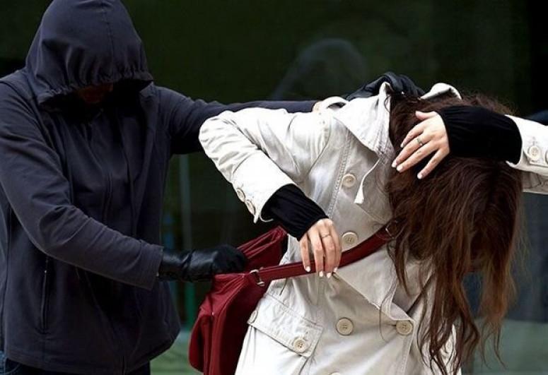 В Баку преступник, применив силу, ограбил женщину