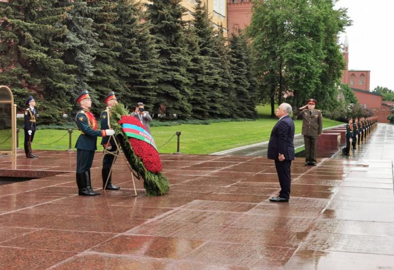 Али Асадов посетил могилу Неизвестного Солдата в Москве