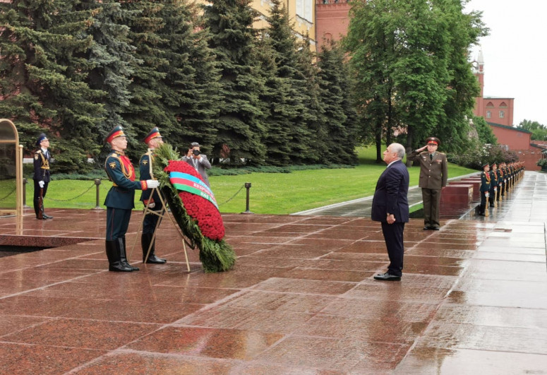 """Azerbaijani PM visits Tomb of Unknown Soldier in Moscow-<span class=""""red_color"""">PHOTO"""