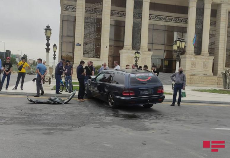 """Sumqayıtda """"Mercedes"""" qəza törədib, sürücü yaralanıb - <span class=""""red_color"""">FOTO"""
