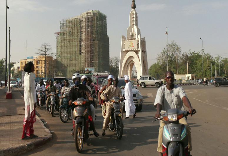 Мали закрывает границы и вводит комендантский час