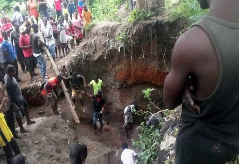 3 killed,dozens feared trapped in collapsed mine pit in Ghana
