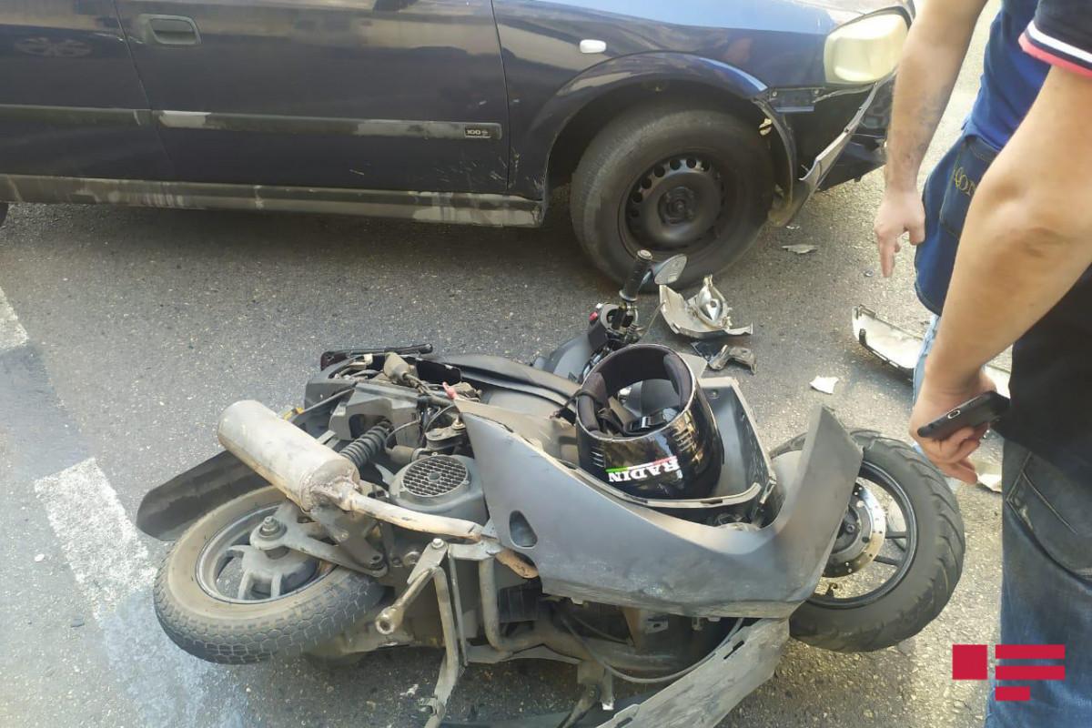 """В Баку мопед столкнулся с легковым автомобилем, есть пострадавший – <span class=""""red_color"""">ФОТО"""