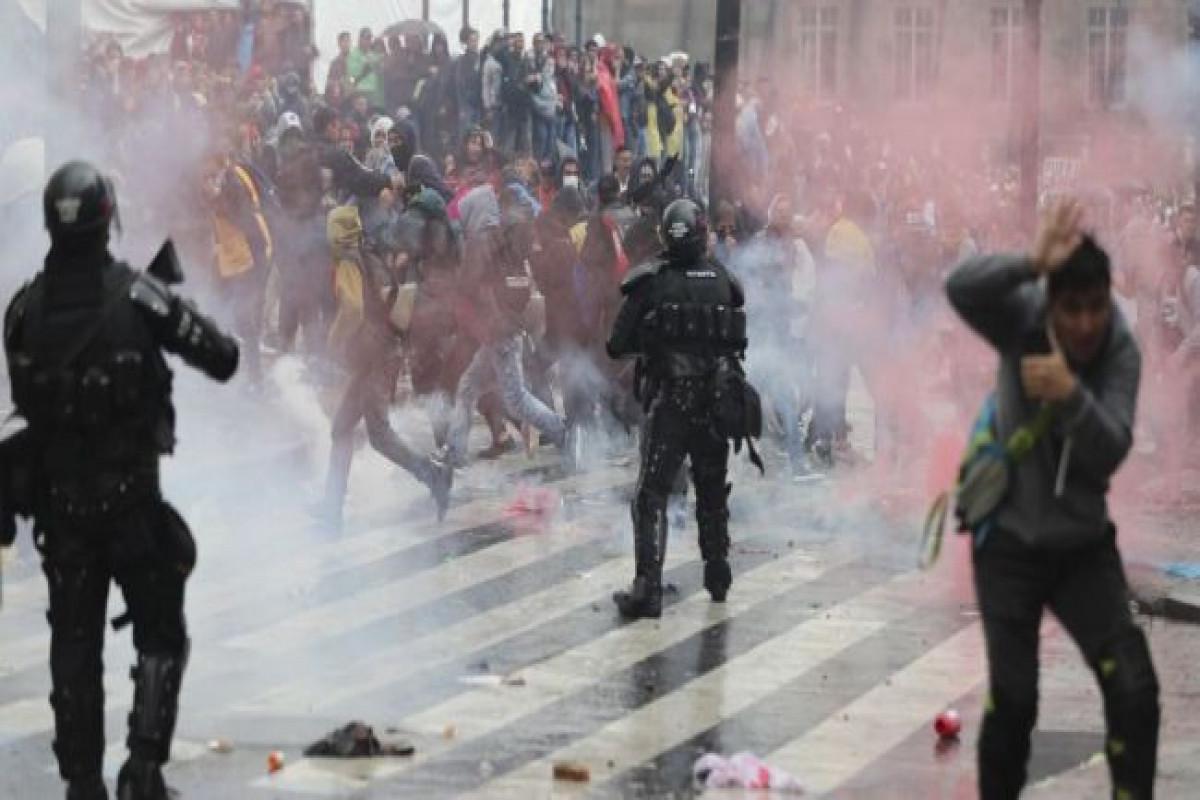 В Колумбии протестующие убили полицейского, застрелившего двух человек