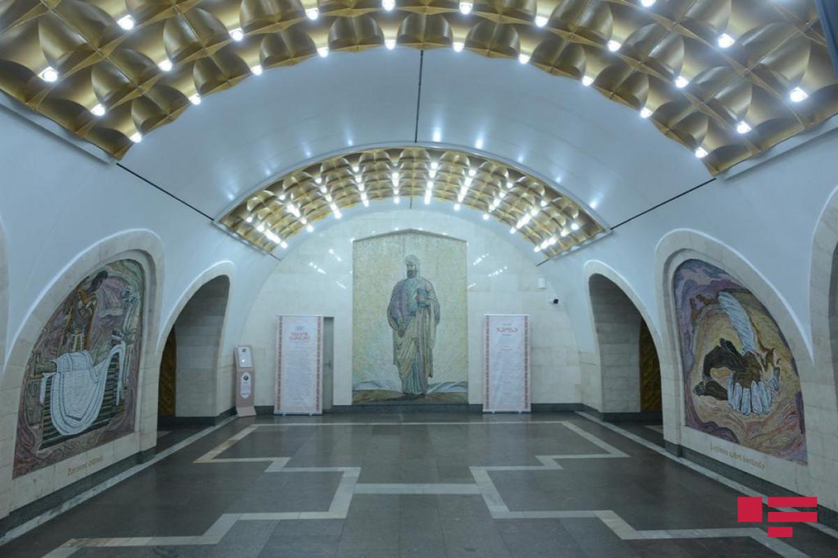 """Bakı metrosunda Nizaminin 880 illiyinə həsr olunmuş sərgi açılıb - <span class=""""red_color"""">FOTO</span>"""