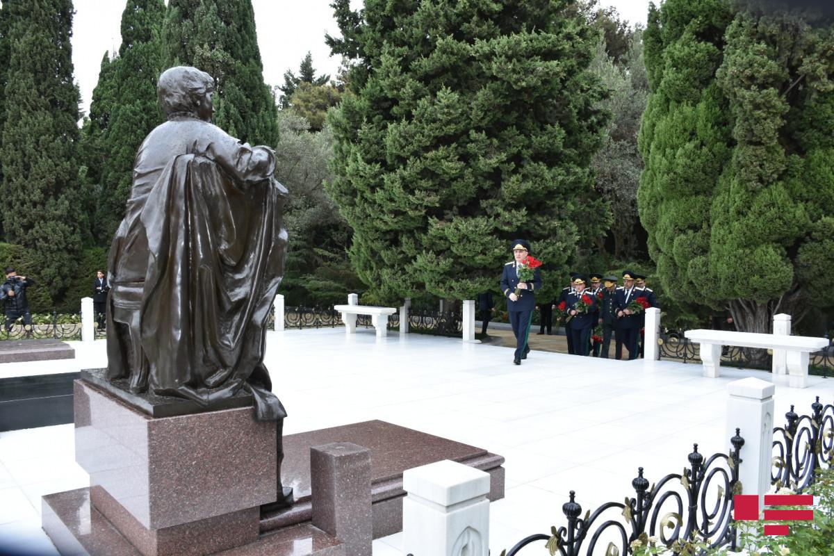 Baş Prokurorluğun əməkdaşları Fəxri xiyabanı və Şəhidlər xiyabanını ziyarət edib - FOTO