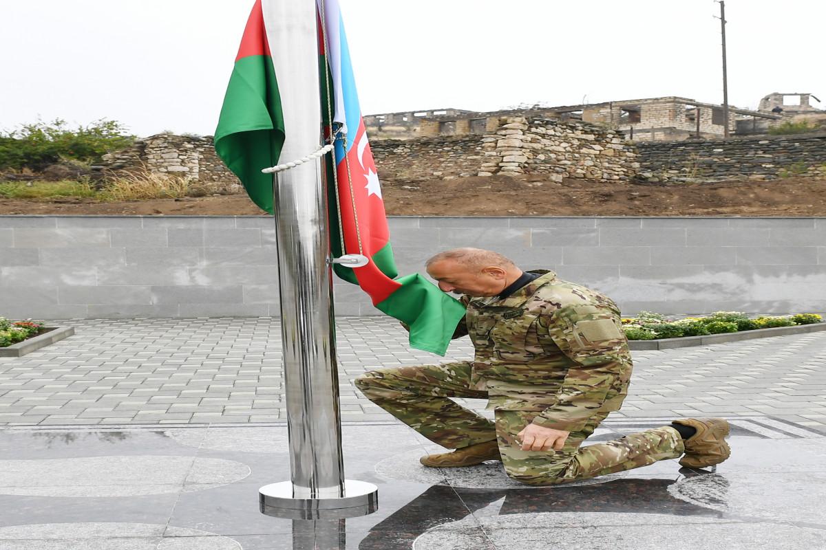 Prezident İlham Əliyev Talış kəndində Azərbaycan bayrağını ucaldıb