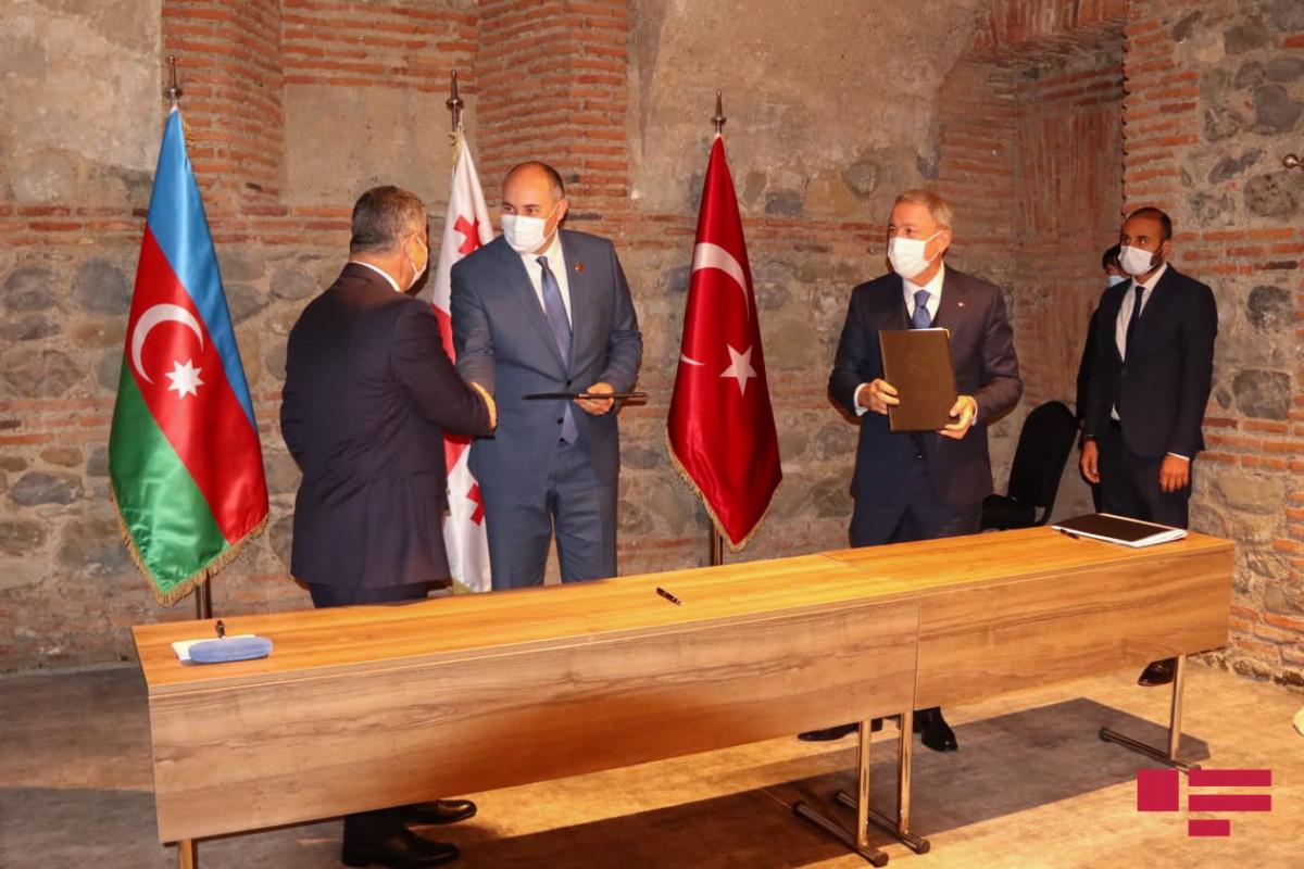 Azərbaycan-Gürcüstan-Türkiyə müdafiə nazirlərinin üçtərəfli görüşü başa çatıb - FOTO  - YENİLƏNİB-1