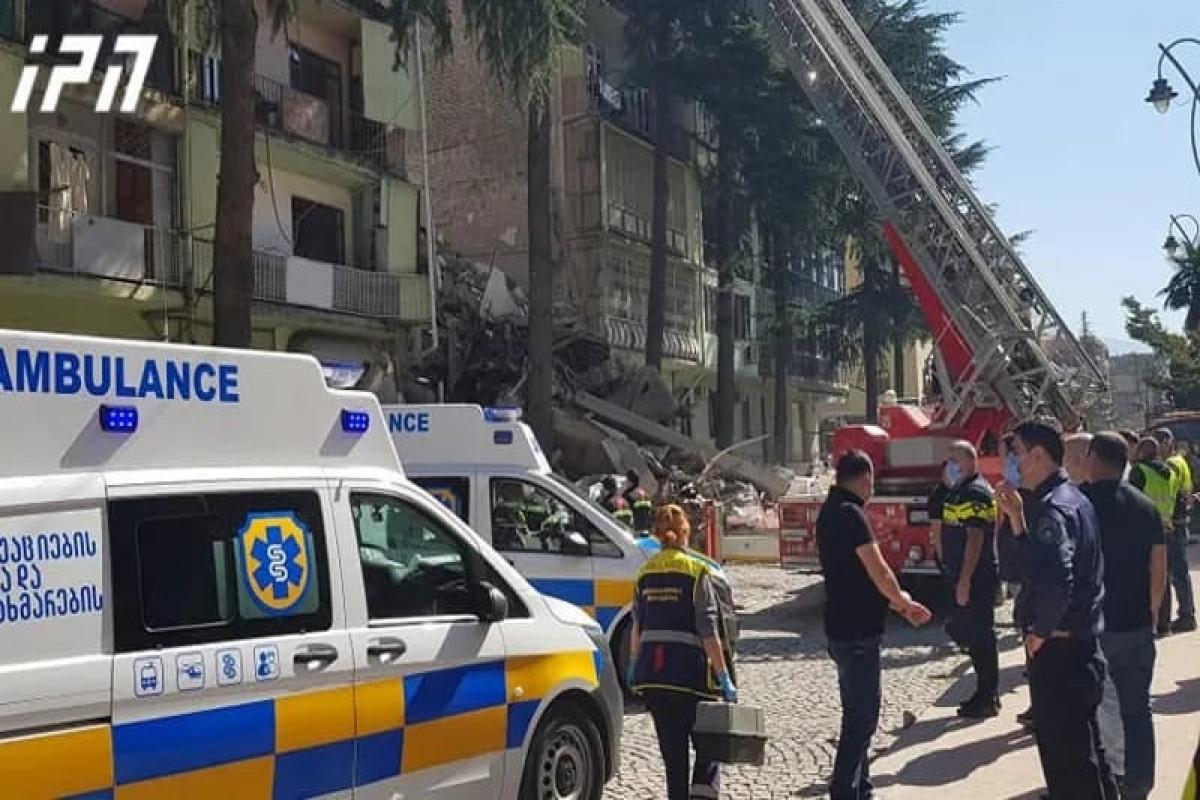 Batumidə uçan yaşayış binasının dağıntıları altında qalan 8 nəfərin axtarışı davam etdirilir